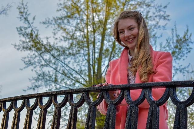 děvče na mostě.jpg
