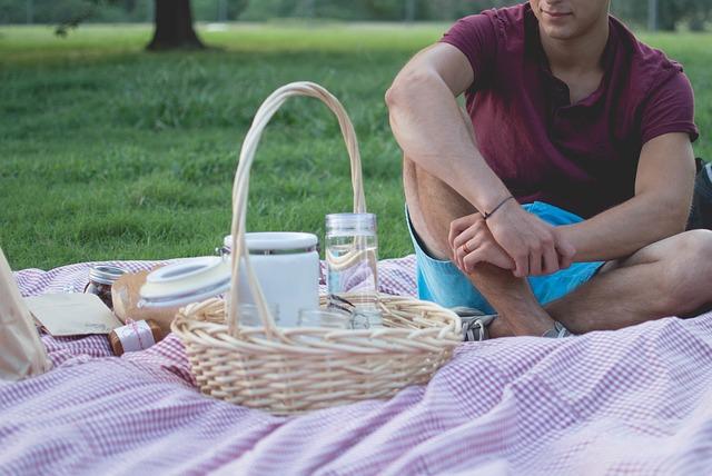 muž na pikniku.jpg