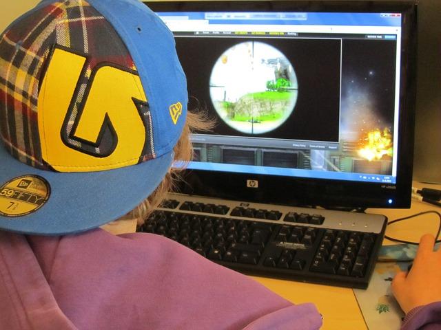 kluk u počítačové hry