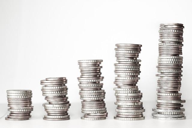 pět sloupců stříbrných mincí