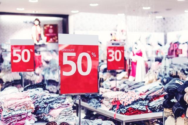 slevové akce v obchodě s oblečením
