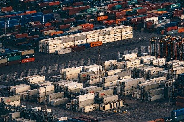kontejnery nachystané pro přepravu na velkém území, je jich tam mnoho