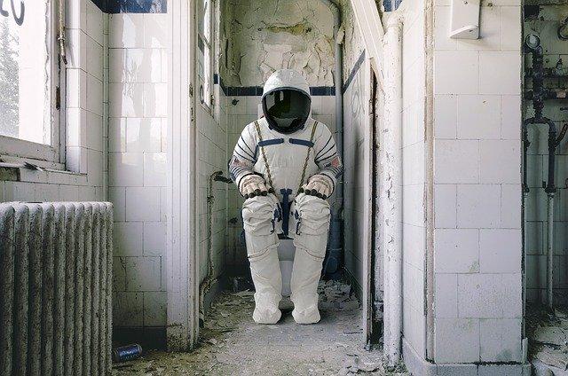 astronaut na wc
