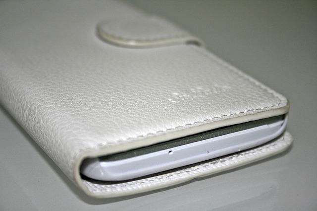 Mobil v bílém pouzdře